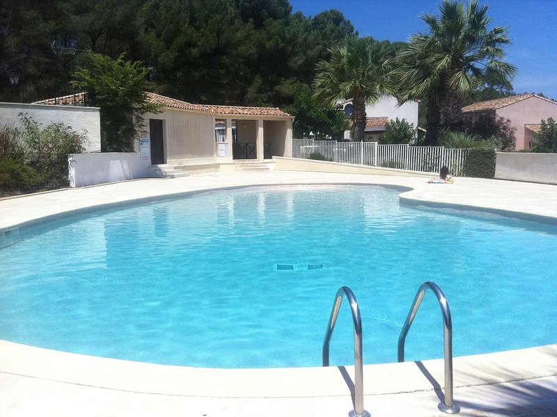 Pézenas: Prime Location, Gated Domaine, Secure Family Environment, Free wifi, holiday rental in Pezenas