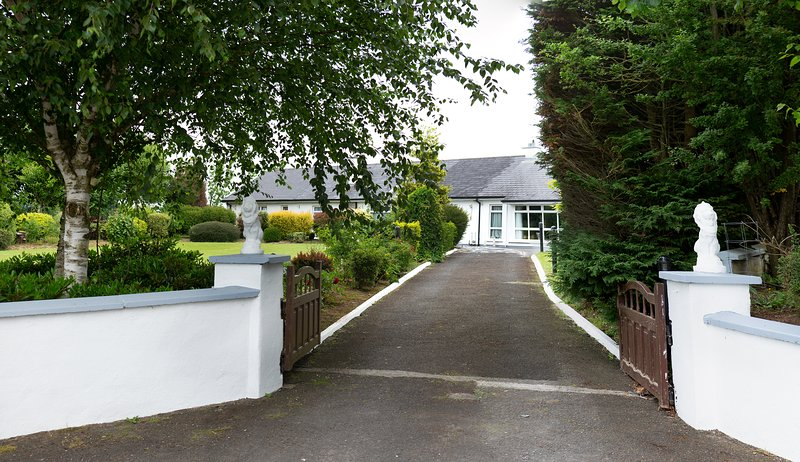 Twin room in beautiful country home near the Rock of Cashel, vacation rental in Tipperary