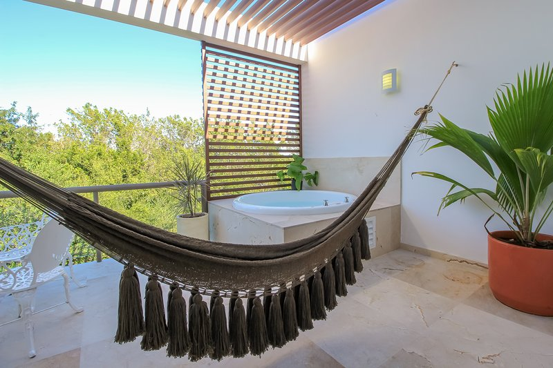 Sublime 2-Story Penthouse with Rooftop Terrace and hot tub, vacation rental in Chacalal