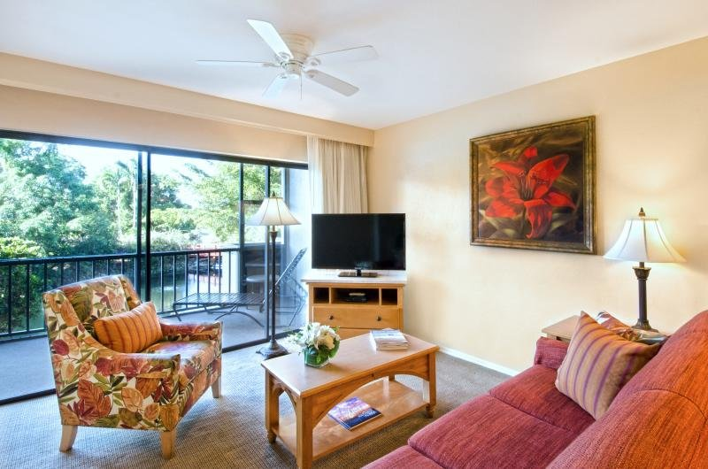 GROUP BEACH GETAWAY! TWO FAMILY SUITES, BALCONY, POOL, TENNIS, PARKING, vacation rental in Pelican Bay
