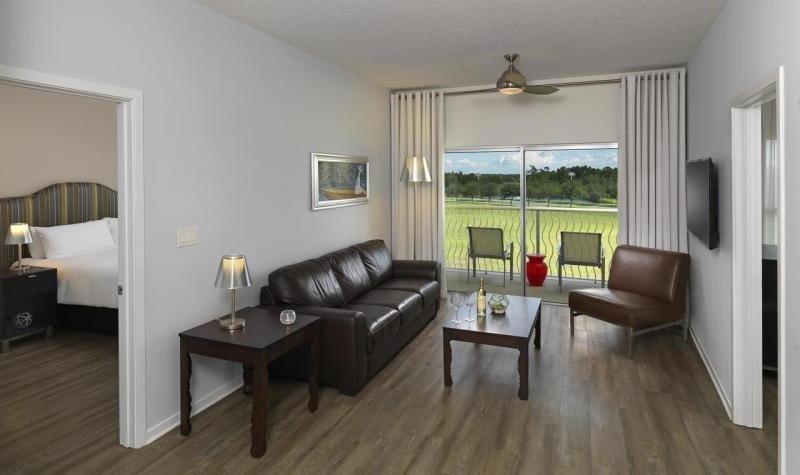 Sala de estar espaçosa com móveis atualizados