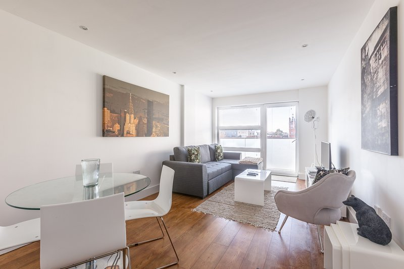 Luxury 2-Bed Flat w/ Parking, vacation rental in Harringay