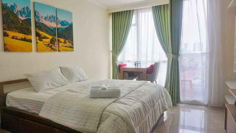 Homey Room With Very Nice White Interior Free Wifi, location de vacances à Jakarta