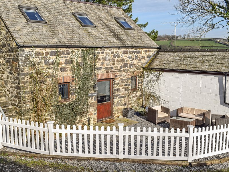THE COTTAGE AT FRONHAUL, exposed wooden beams, countryside views, WiFi, Ref, holiday rental in Maenclochog