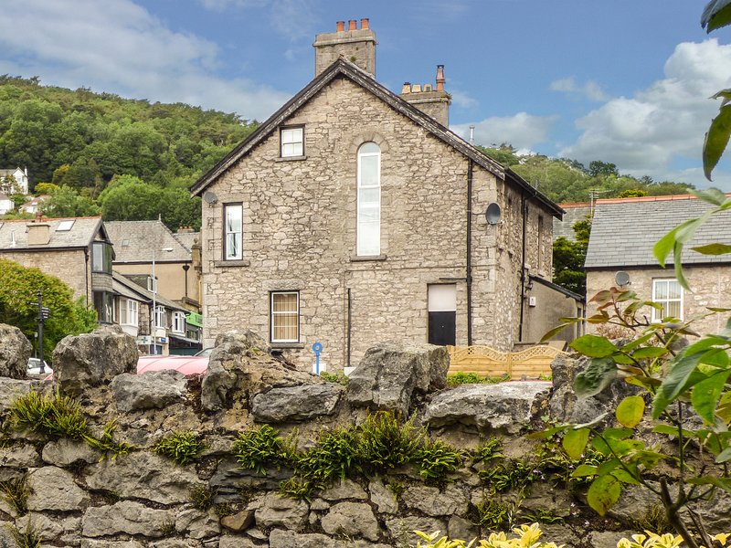 CHURCH VIEW, apartment, woodburner, enclosed patio, WiFi, in Grange-over-Sands, holiday rental in Arnside