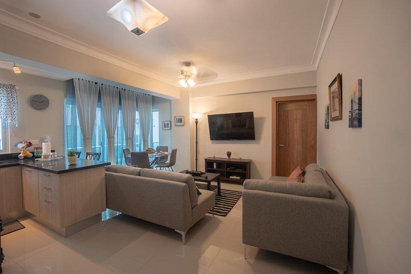A sala de estar vem com uma cozinha aberta totalmente equipada com café da manhã Bar, varanda e área de jantar