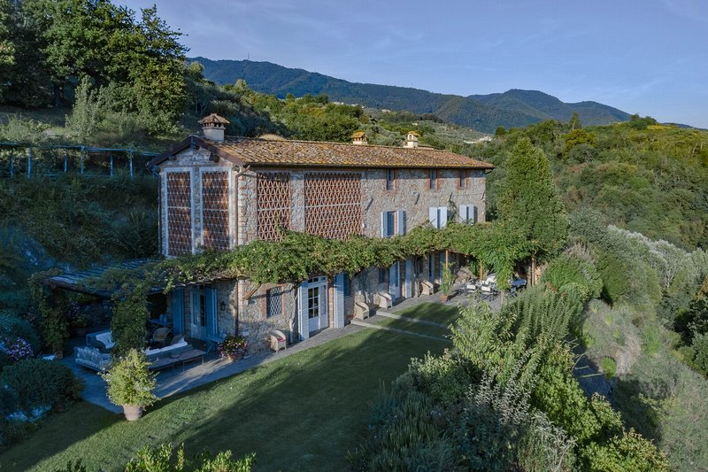 Luxury villa in Lucca with swimming pool, airco, stunning view, large garden, vacation rental in Ciciana