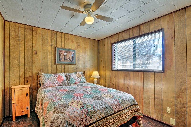 Deixe o ventilador de teto ligado para manter a calma durante a noite.