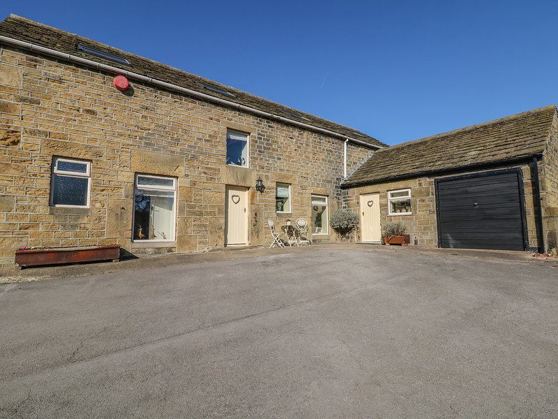 BULLACE BARN, detached stone-built cottage, family and pet friendly, in, location de vacances à South Yorkshire