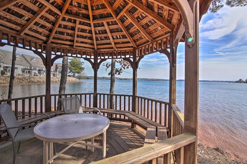 Lake Keowee Condo w/ Balcony & Resort Amenities!, location de vacances à Salem