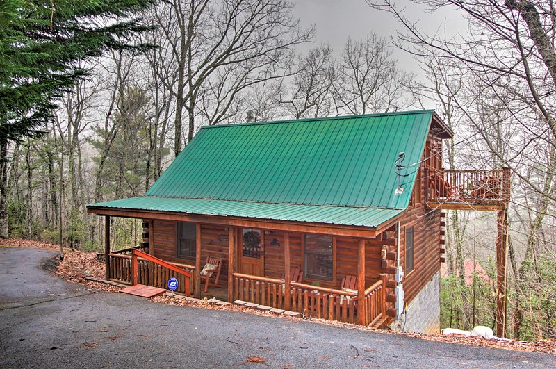 The spacious 1,400-square-foot cabin comfortably accommodates 6 guests.