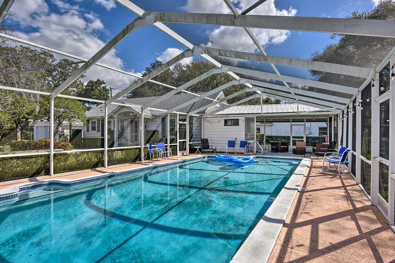 Cette maison dispose d'une piscine privée et d'un patio ombragé dans une véranda moustiquaire.