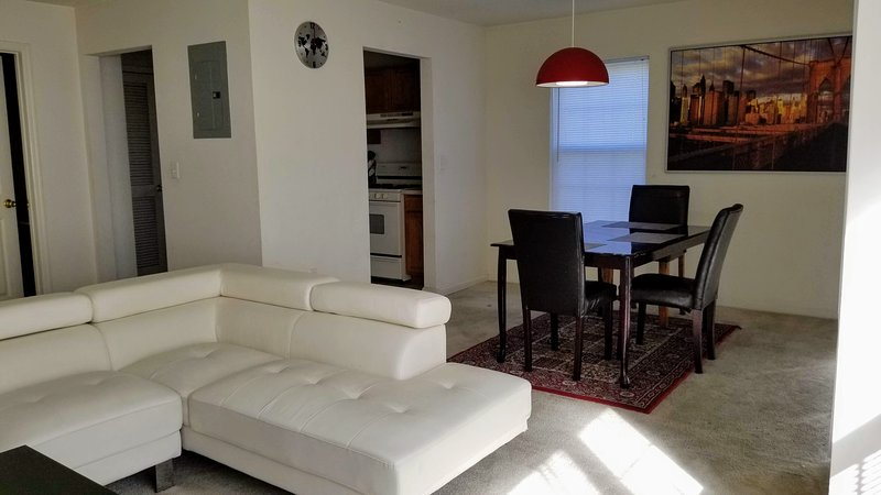 Spacious 2 Bed 2.5 Bath Townhouse - Just 40 mts by train to Manhattan, aluguéis de temporada em Piscataway