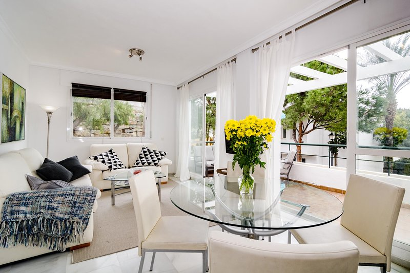 SDG - Modern Apartment in Nueva Andalucia, holiday rental in Istan