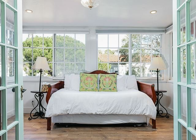 Intimate Retreat w/ Cal King Bed & Bonus Sleeping Room - 1 Block to Beach!, location de vacances à Santa Barbara