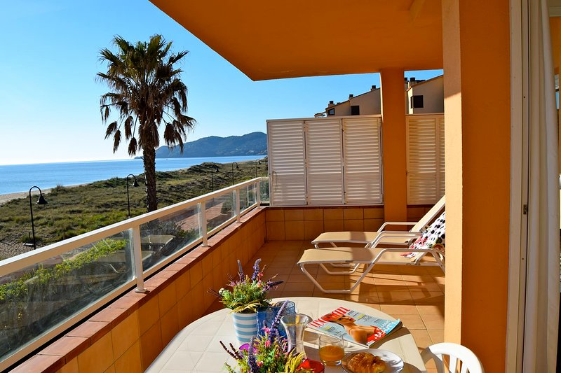Frontline apartment with spectacular sea view- Three double bedrooms and two bat, alquiler vacacional en Pals