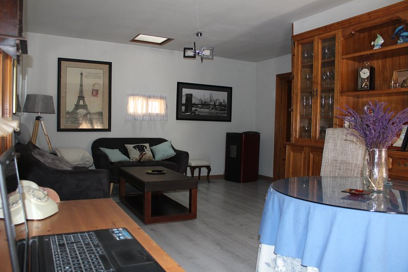 Nice house with balcony & Wifi, location de vacances à Palazuelos de Eresma