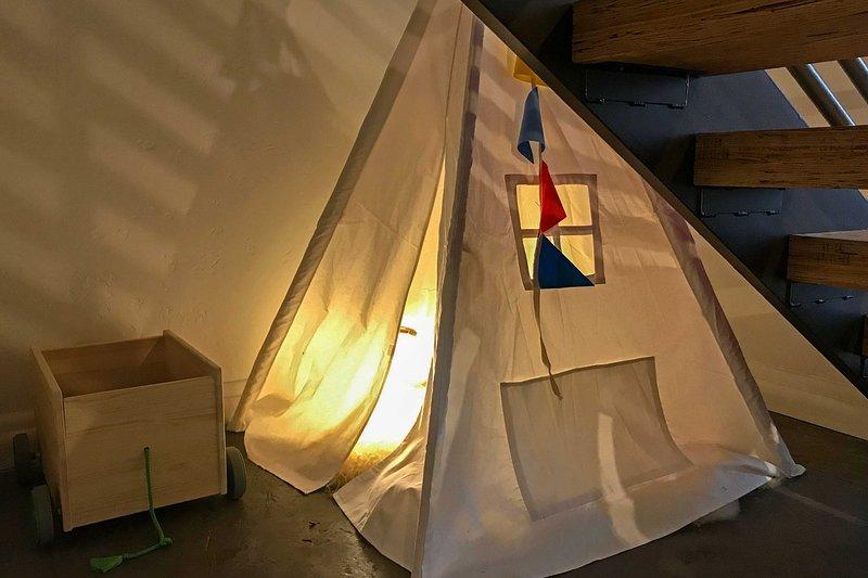A los niños les encantará acampar en la tienda de abajo.