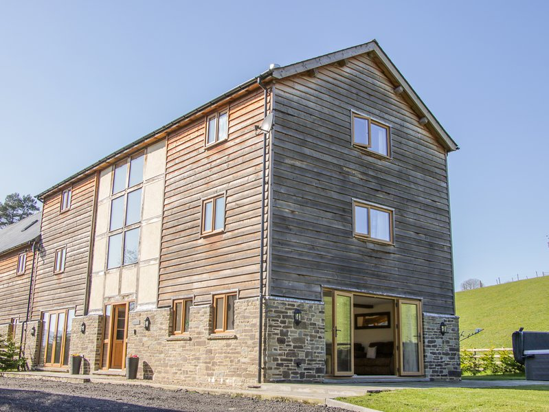 THE STABLES, hot tub, WiFi, countryside location in Knighton, holiday rental in Dulas