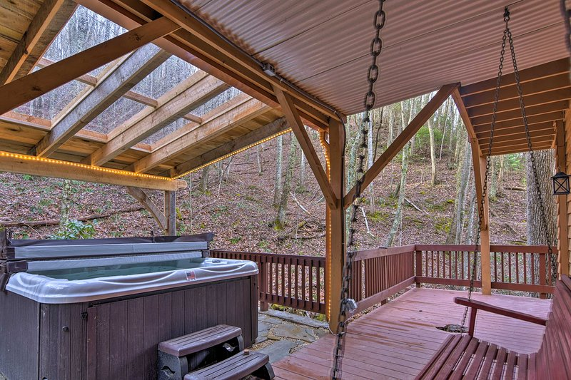Luxury Asheville Home w/Game Room, Fire Pit & Deck, casa vacanza a Weaverville