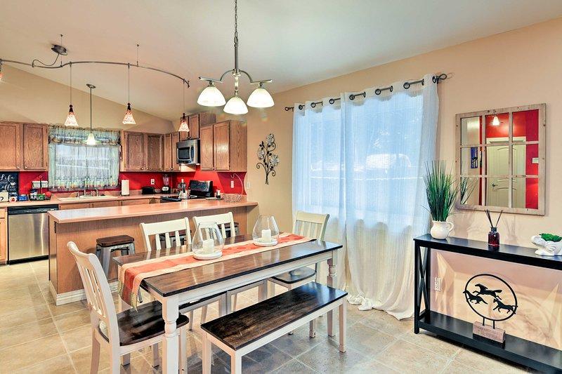 La casa presenta un layout aperto e un arredamento di buon gusto.