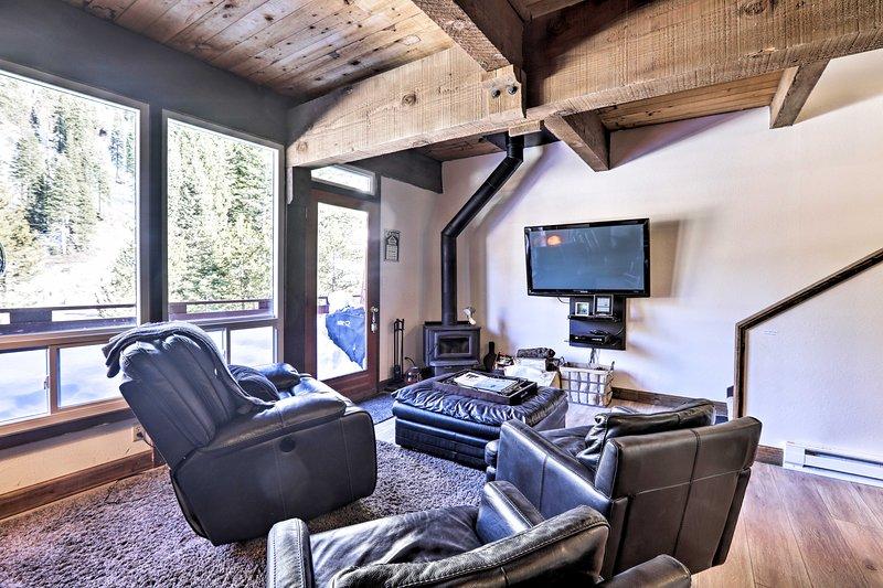 Cozy Alpine Meadows/Squaw Valley Condo w/View Chalet in Squaw Valley