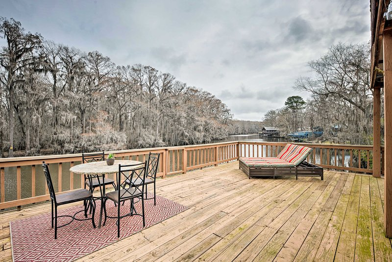 Waterfront Karnack Home w/ Deck & Boathouse!, location de vacances à Uncertain