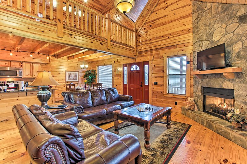 Cabin w/Resort Pool Bordering Smoky Mtn Nat'l Park, vacation rental in Gatlinburg