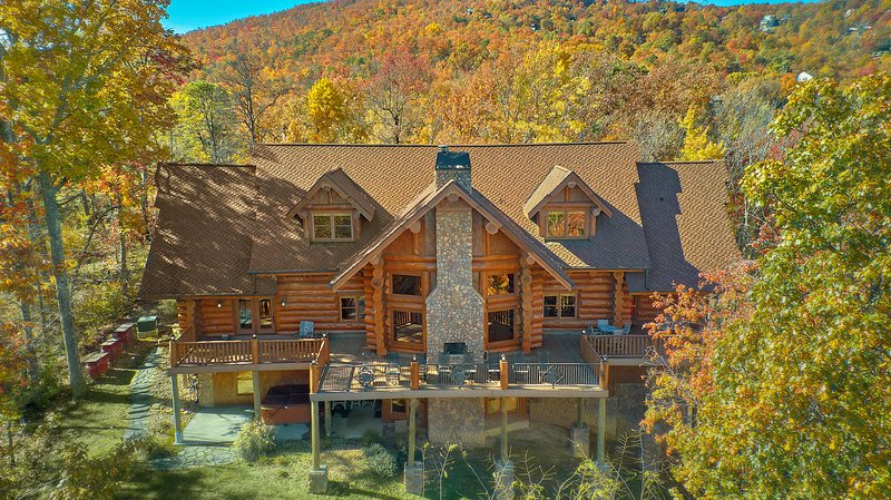 Bear Paw Lodge ~Privacy on 7 Acres, FirePit, Hiking Trail to Smoky Mtn Natl Park, vacation rental in Gatlinburg