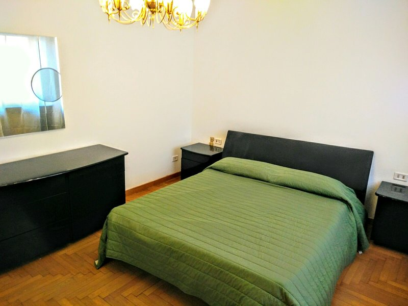 BEAUTIFUL AND SPACIOUS 4 BEDROOMS APARTMENT NEARBY THE NAVIGLI AREA, holiday rental in Buccinasco