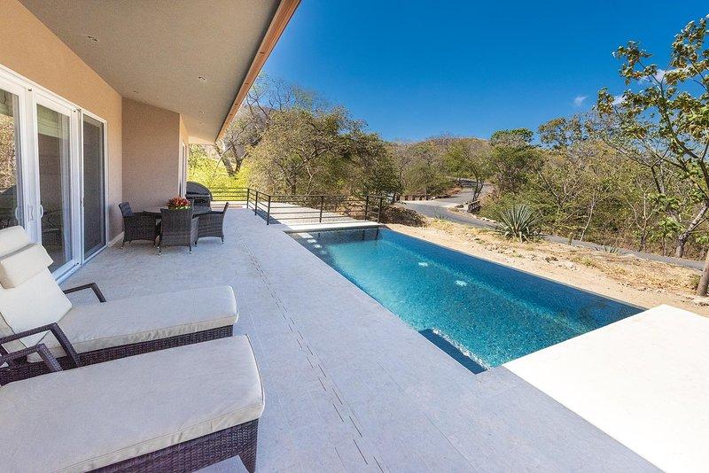 Área de piscina y salón
