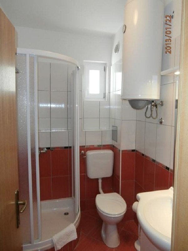 R5-east(3): bathroom with toilet