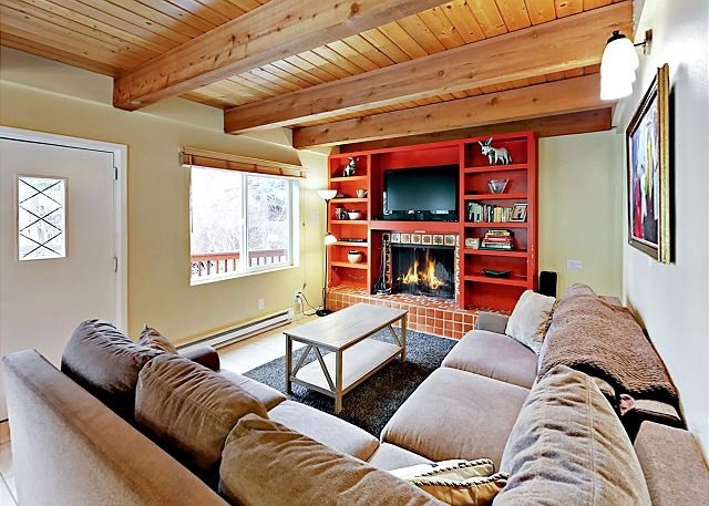 Spacious West Vail Condo Near Shuttle w/ Shared Hot Tub & Fireplace, holiday rental in Minturn