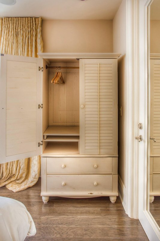 3rd Bedroom Armoire (Closet Space)