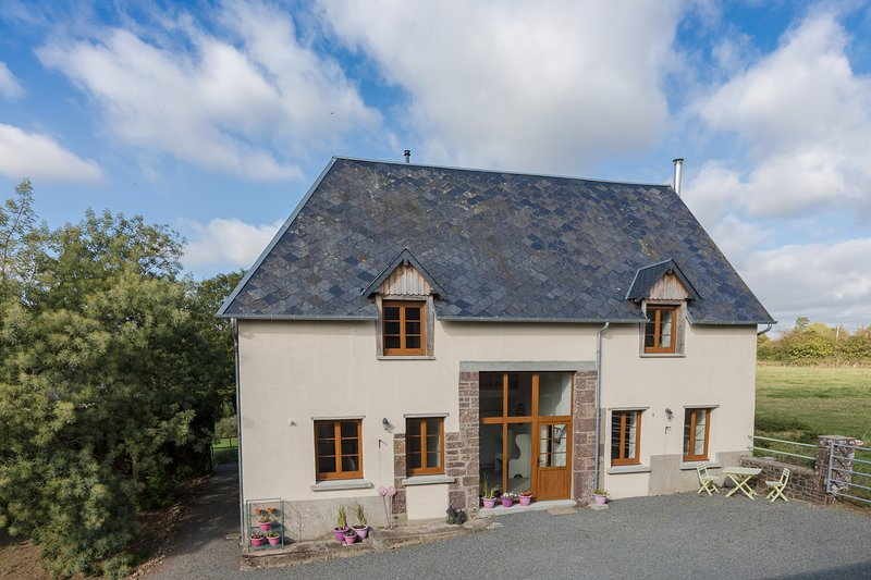 Contemporary, well-equipped and spacious holiday gite, sleeps 6 near Gavray, vacation rental in Montaigu-les-Bois