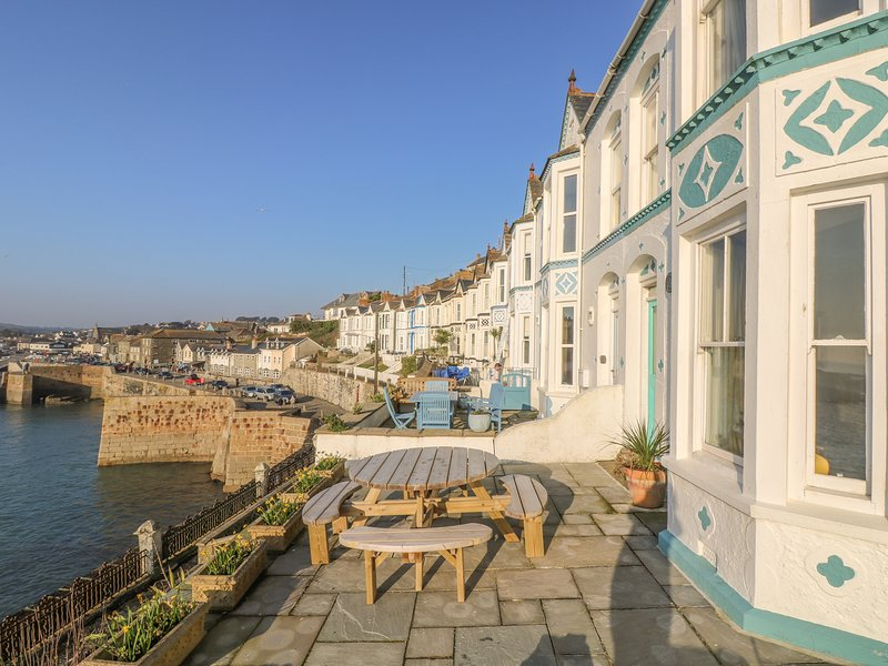 THE HAVEN, harbourside home in Porthleven, seaward facing terrace, shops, casa vacanza a Sithney