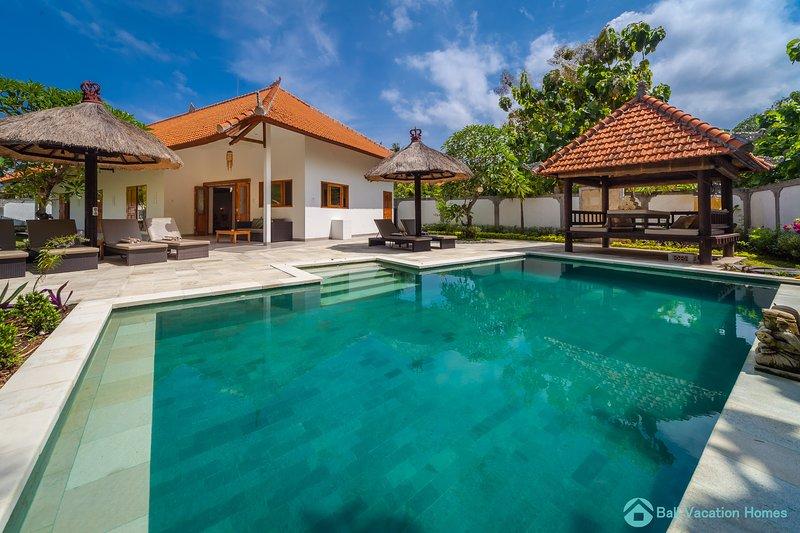 Lovina luxury poolvilla at a magnificent location!, holiday rental in Anturan