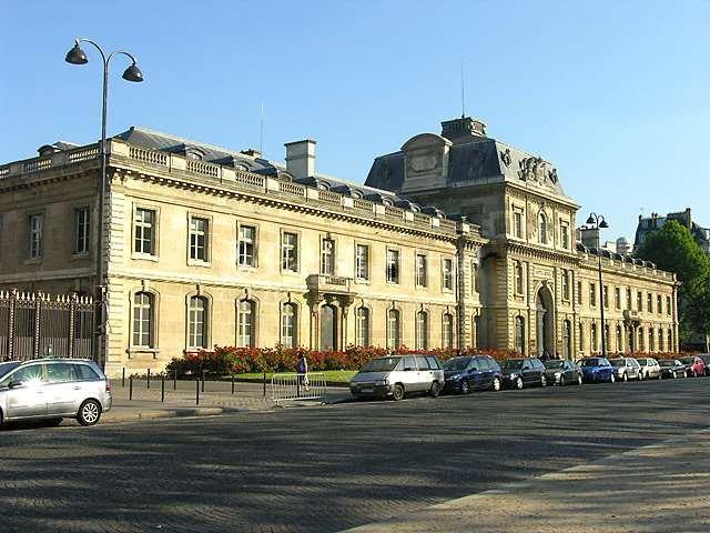 Lägenheten ligger nära Eiffeltornet som kan ses från vardagsrumsfönstren.