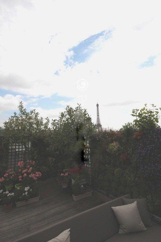 Ecco la bella terrazza con una splendida vista sulla Torre Eiffel.
