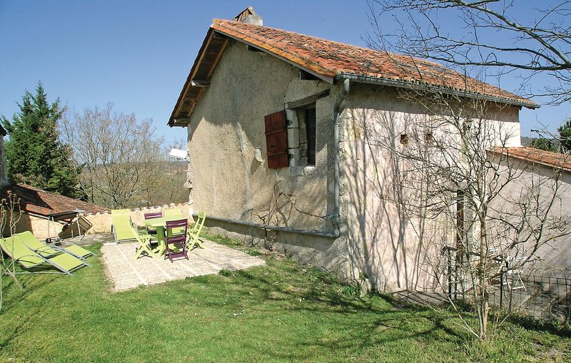 Stunning home in Grignols with WiFi and 2 Bedrooms (FAD158), holiday rental in Douzillac