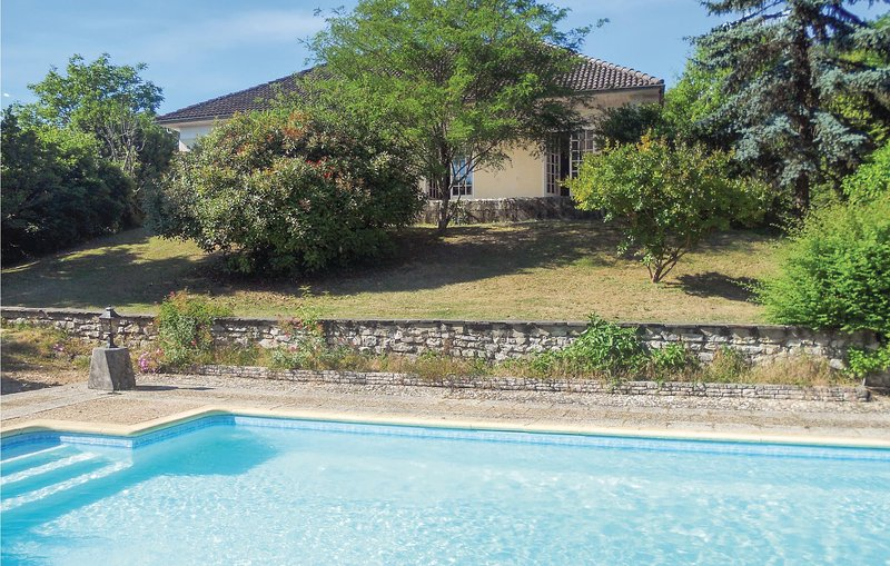 Nice home in Château L´Eveque with WiFi, Outdoor swimming pool and 3 Bedrooms, aluguéis de temporada em Agonac