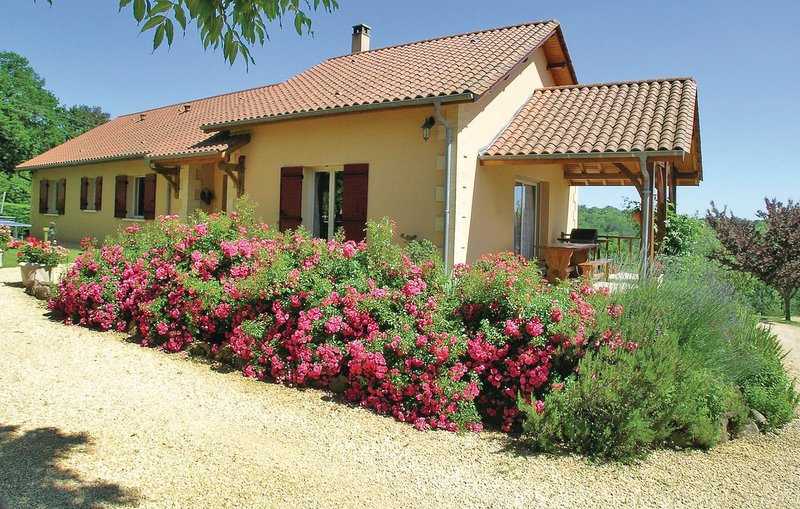 Awesome home in Rouffignac with WiFi and 3 Bedrooms (FAD330), location de vacances à La Douze