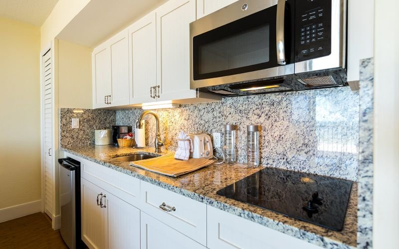 Kitchenette magnifiquement mise à jour avec des comptoirs en granit et des appareils en acier inoxydable
