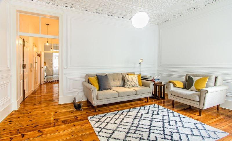 Beau salon avec plafond en plâtre décoratif et télévision à écran plat