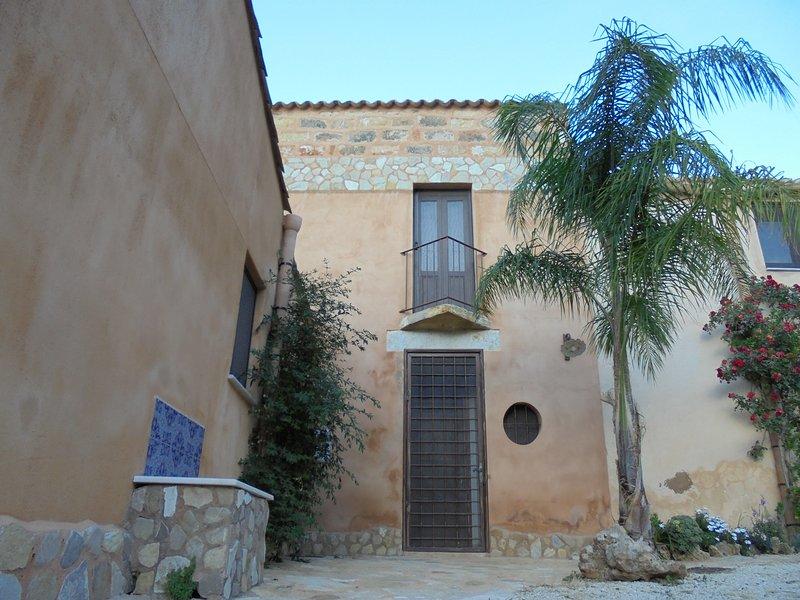 Baglio Poma Castelluzzo 3 matrimoniali 2 bagni, holiday rental in Castelluzzo