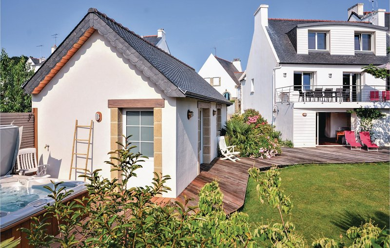 Awesome home in Bénodet with Jacuzzi, WiFi and 4 Bedrooms (FBF374), holiday rental in Gouesnach