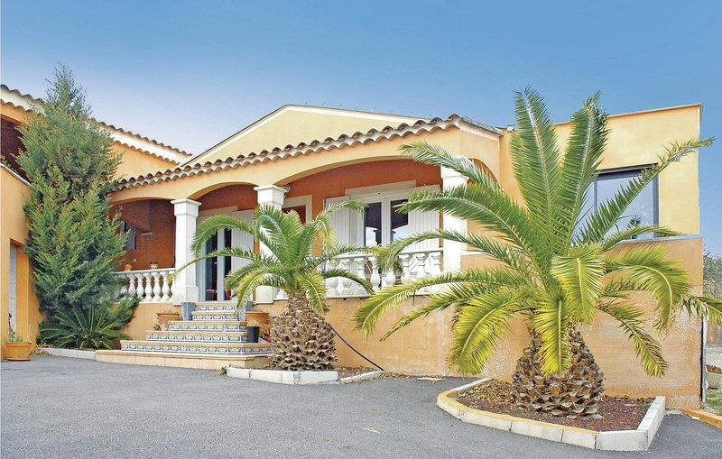 Nice home in Bourg Saint Andeol with Outdoor swimming pool and 5 Bedrooms (FRA02, holiday rental in Pierrelatte
