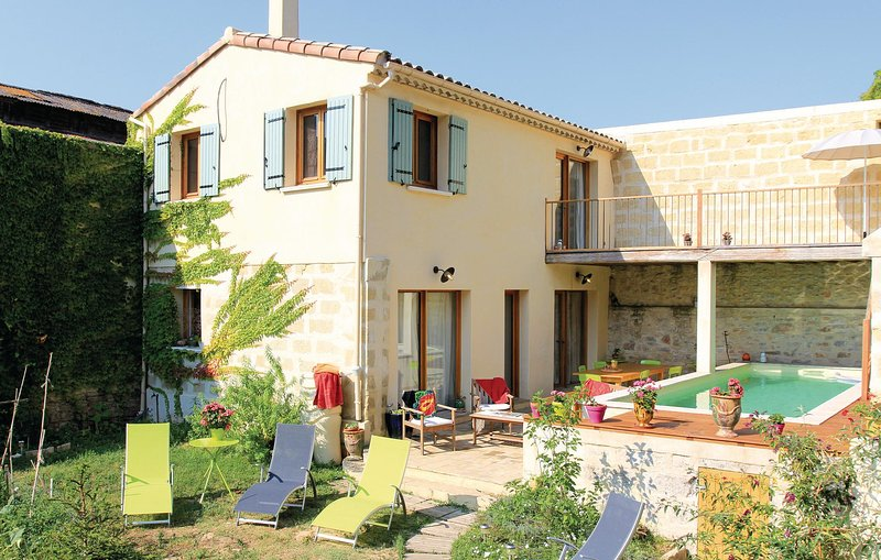 Beautiful home in Marsillargues with WiFi and 3 Bedrooms (FLH163), holiday rental in Aimargues
