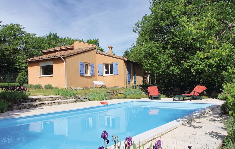 Awesome home in Mayres with WiFi and 3 Bedrooms (FRA104), casa vacanza a Saint-Cirgues-en-Montagne