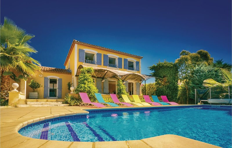 Amazing home in Thezan Les Beziers with Outdoor swimming pool, WiFi and 5 Bedroo, holiday rental in Lignan-sur-Orb